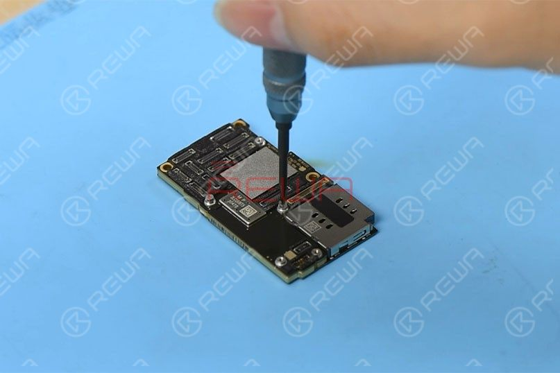 Remove the graphite thermal transfer material with tweezers first. To recombine the two layers without reballing after separation, let's fit two screws into the screw holes reserved on the motherboard.