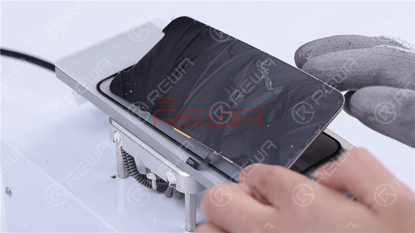 Through our observation, we found that the touch panel of the iPhone 12 screen is better than that of the iPhone 11 Pro, which is not easy to damage. To put it specifically, the touch panel of the iPhone 12 is thicker, and the cut lines are clearer and wider.