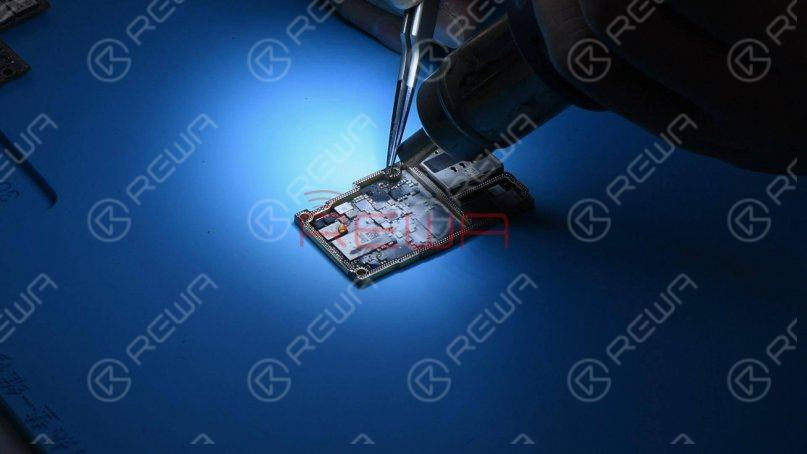 Then we heat the damaged capacitor with Hot Air Gun at 350℃ and remove it with tweezers.