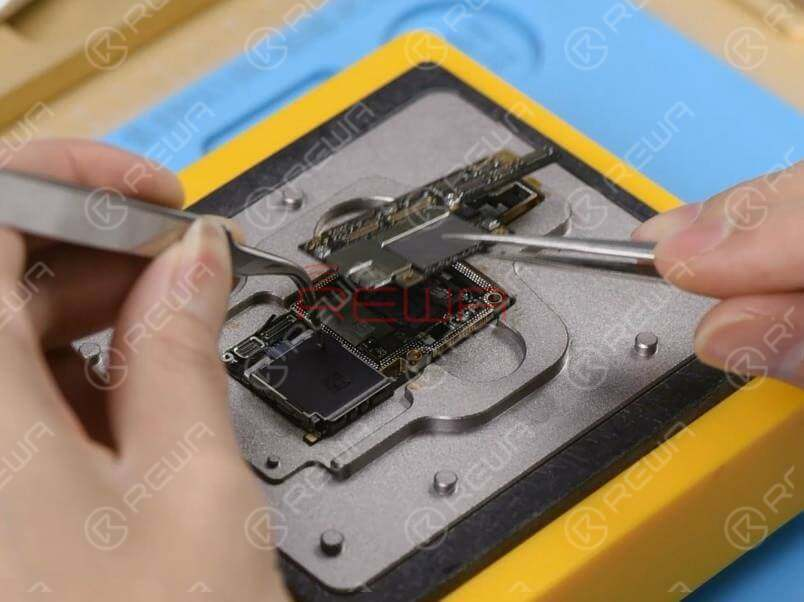 Now we need to separate the motherboard to confirm whether the fault is related to the upper layer or the lower layer.Place the motherboard on the specialized Heating Platform. With temperature of the platform reaching the set temperature, pick up the upper layer with tweezers carefully. Continue to take the lower layer off the platform.