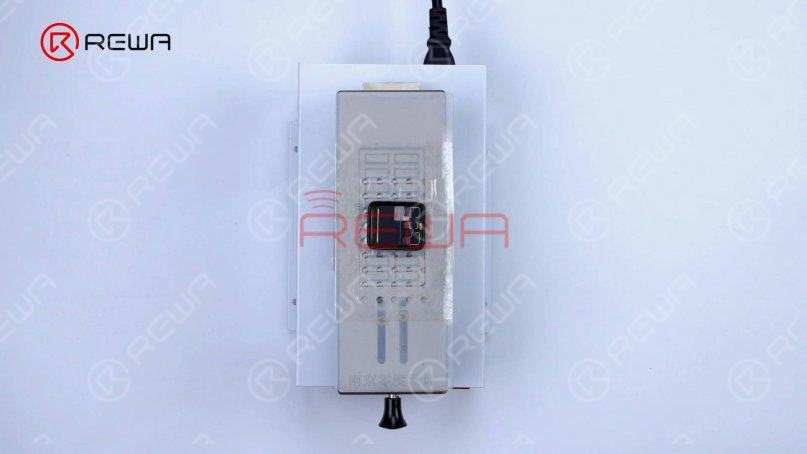 Next, we need to pry up the connector of the touch flex cable. Put the screen on the Heating Platform at 120℃ for 30 seconds. After heating, peel off the tape with tweezers and pry up the connector.