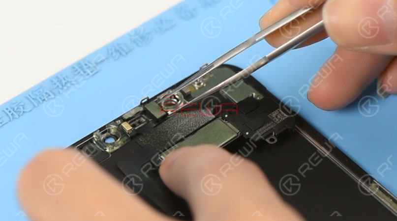 Please be noted that when testing iPhone 11 Pro Max's screen, the default brightness of the screen is set at the lowest level. To adjust brightness of the screen during the testing, we need to get the front panel sensor assembly flex cable connected. Disconnect the front panel sensor assembly flex cable and remove the OLED screen assembly. Then remove the front panel sensor assembly flex cable.