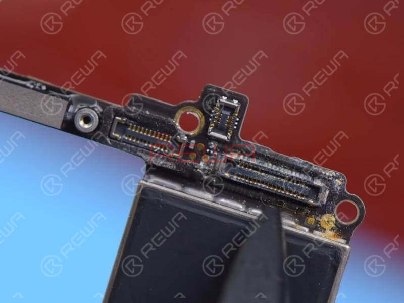 When handling a single logic board issue, the first thing we do is always to check the logic board carefully. We can see that the logic board bears obvious signs of water damage and mouldy connectors. It is also seriously corroded.