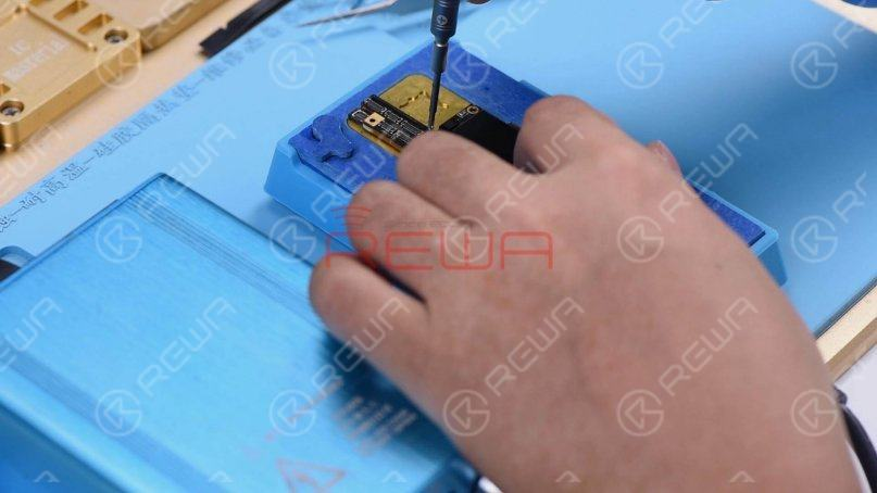 Place the motherboard on the heating platform and fit a screw into the screw hole on the motherboard. So we can take down the upper layer efficiently afterward. Heat the motherboard for 2 minutes on the heating platform at 165℃.