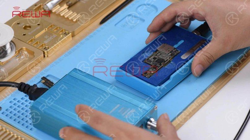 Continue to place the lower layer to the heating platform. Power on the heating platform and set the temperature to 150℃. With solder paste melting, solder balls start to shape up. Once completed, power off the heating platform and wait for the lower layer to cool for 10 minutes.