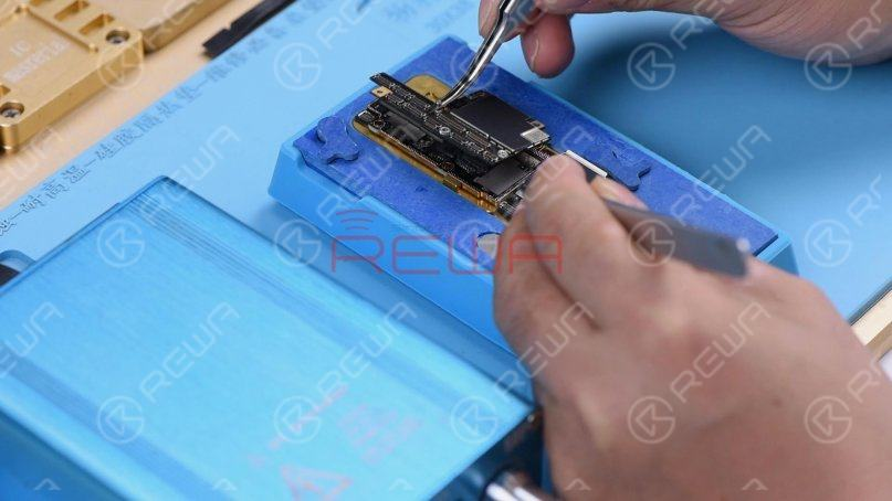 Remove the upper layer and lower layer with tweezers.