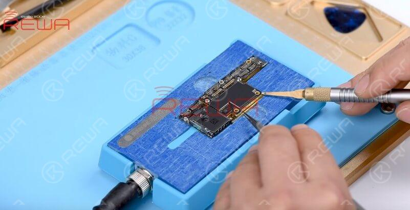 Place the motherboard on the specialized Heating Platform. With temperature of the platform reaching 140℃, insert the prying knife between the upper layer and the third space PCB.