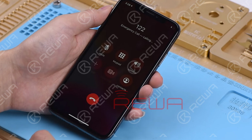 Let's make a phone call to confirm whether the Proximity Sensor is working. During the phone call, cover the top of the screen with one hand. We can see that the screen turns black immediately. Judging by this, the Proximity Sensor is working normally.