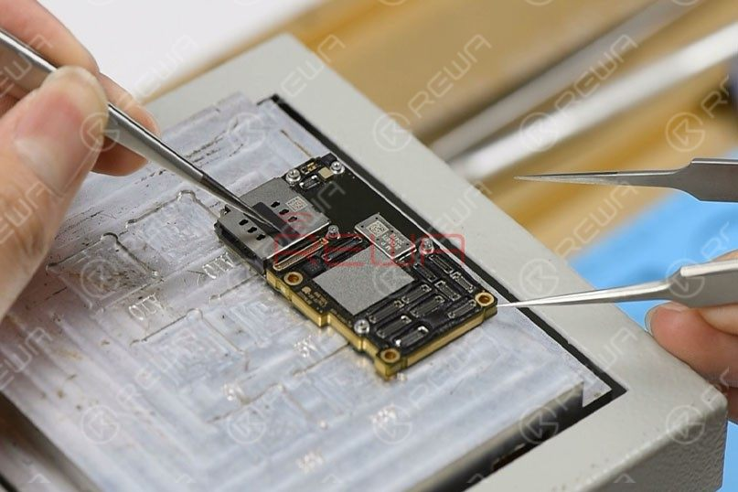 Set temperature of the heating platform at 170℃. With temperature of the platform reaching 170℃, place the motherboard on the platform to heat for 3 minutes. Press the SIM card reader with the tweezers and push the upper layer with another tweezers slightly.