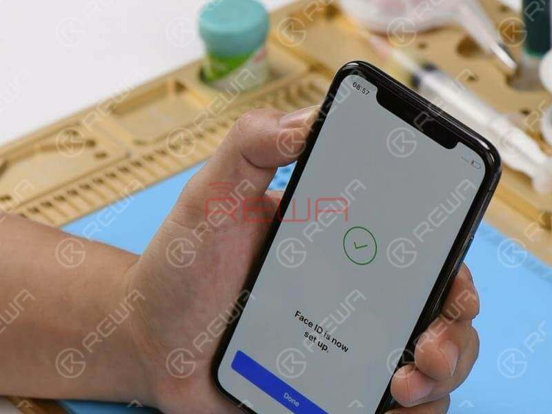 Next, let's assemble the phone and test. Get the Face ID parts and the display assembly installed and the battery connected. Press the power button to turn on the phone. The phone turns on normally.