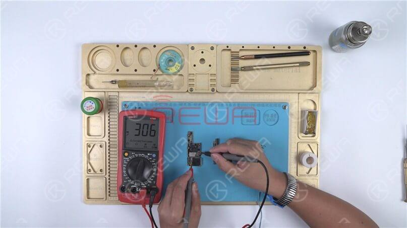 Measure the S73 pin of the signal board. The diode value is 306, which means the signal board is normal.