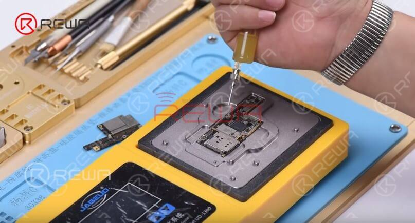 Continue to apply some BGA paste flux to the third space PCB. Get the upper layer in position. Turn on the power switch of the heating platform. With the upper layer sinking and paste flux flowing, continue heating for 1 minute.