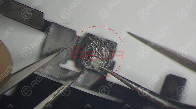 Check the earpiece speaker and sensor flex cable carefully, we find that the Flood illuminator module is moldy. Remove the Flood illuminator module, we can see that its bonding pad is severely corroded. That's what's causing the problem.