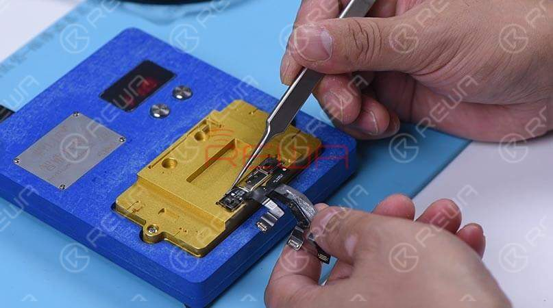 Connecting the dot projector flex cable with the programmer, the results show 'Fusing' which means the dot projector flex cable has been damaged. We need to burn data of the original dot projector flex cable onto a new one and then replace the broken crystal.