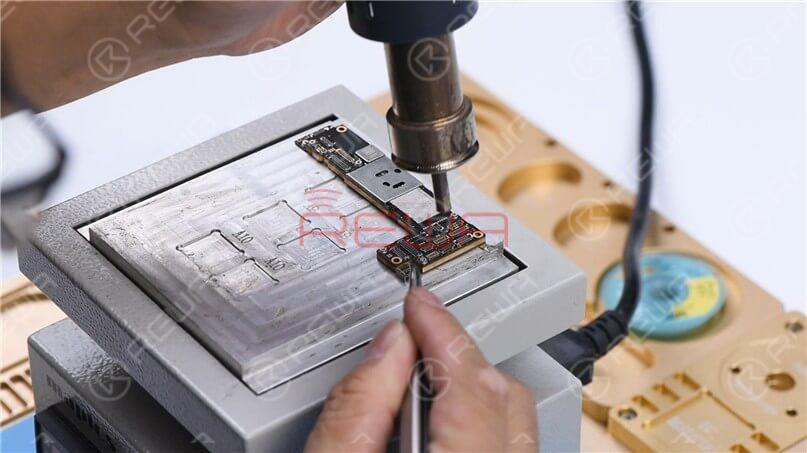 Apply some Paste Flux to the bonding pad evenly.Align the upper layer with the lower layer. After the alignment, keep heating the motherboard at 200℃. To add extra heat, heat along the edge of the motherboard with Hot Air Gun at 320℃.