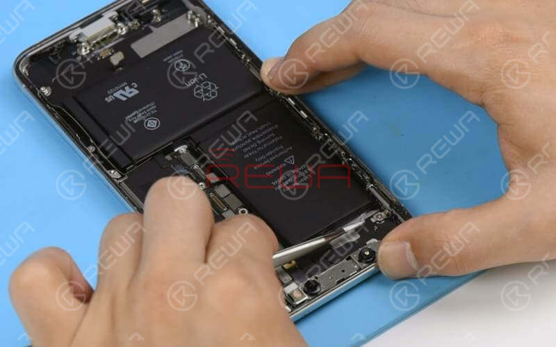 Battery replacement of Samsung is also a step we should pay special attention to. Not like Apple, who equips iPhones with special designed battery adhesive strips for easy battery replacement, Samsung phones come with a different battery adhesive strip design.