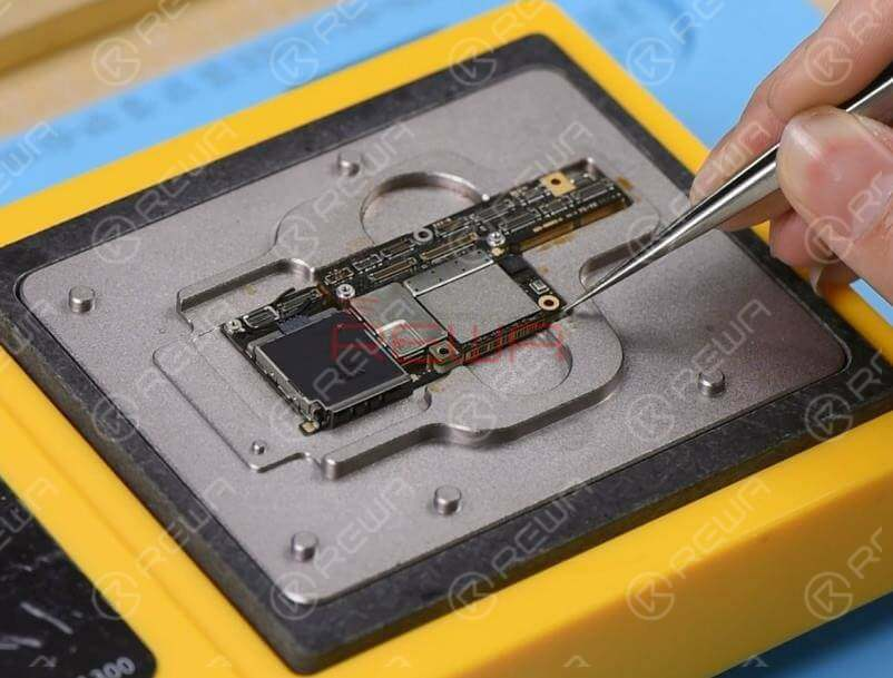Remove heat insulation adhesive on the lower layer first. Then place the lower layer onto the heating platform. Power on the heating platform and apply some Paste Flux to the third space PCB. Then get the upper layer in position.