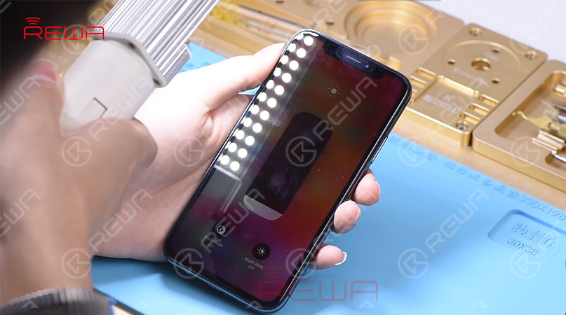Next, test the Ambient Light Sensor. Set the screen brightness to the lowest and then hold the phone under a bright light. With the screen getting brighter, we can confirm that the Ambient Light Sensor is also working normally. Judging by this, the Face ID failure is not caused by Flood Illuminator.