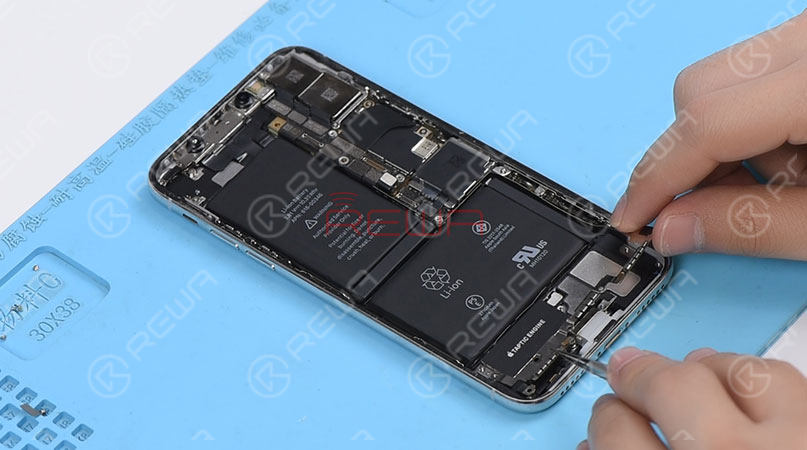 1.Taptic Engine And Speaker Removing   Please be noted that there are many screws detached in this step, we highly suggest that you place these screws in order.