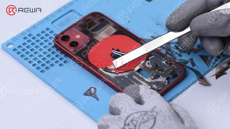 When breaking the wireless charging area, you can see that the magnets are glued to the glass. Hence the back glass fix solution of iPhone 11 is not suitable for iPhone 12.