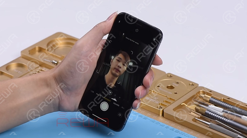 Let's move on to the next step of Face ID troubleshooting - test the front camera parts.  Open the camera app and swipe to Portrait Mode. The background is not blurred, which is abnormal.